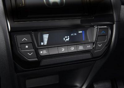 Memberikan kesejukan di sepanjang perjalanan dengan pengaturan suhu yang lebih praktis.
