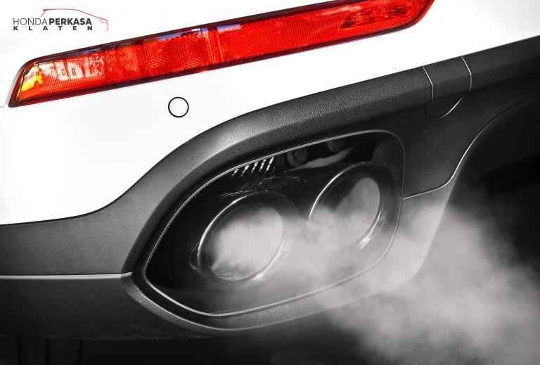 cek penyebab kerusakan mobil melalui asap knalpot